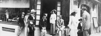 002-gabrielle-chanel-and-arthur-capel-in-front-of-chanel-boutique-in-deauville-in-1913-c2aephoto-d-r